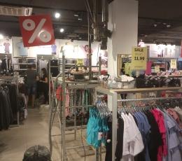 Сверление потолка без пыли в торговом зале магазина